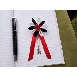 Kvet na kočík (čierno biely) červený kvietok